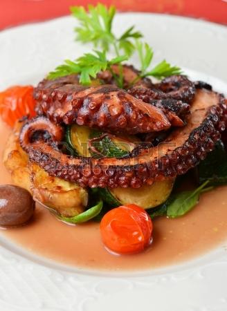 25060468-polpo-alla-griglia-fresco-con-olive-patate-pomodori-zucchine-verdure-e-