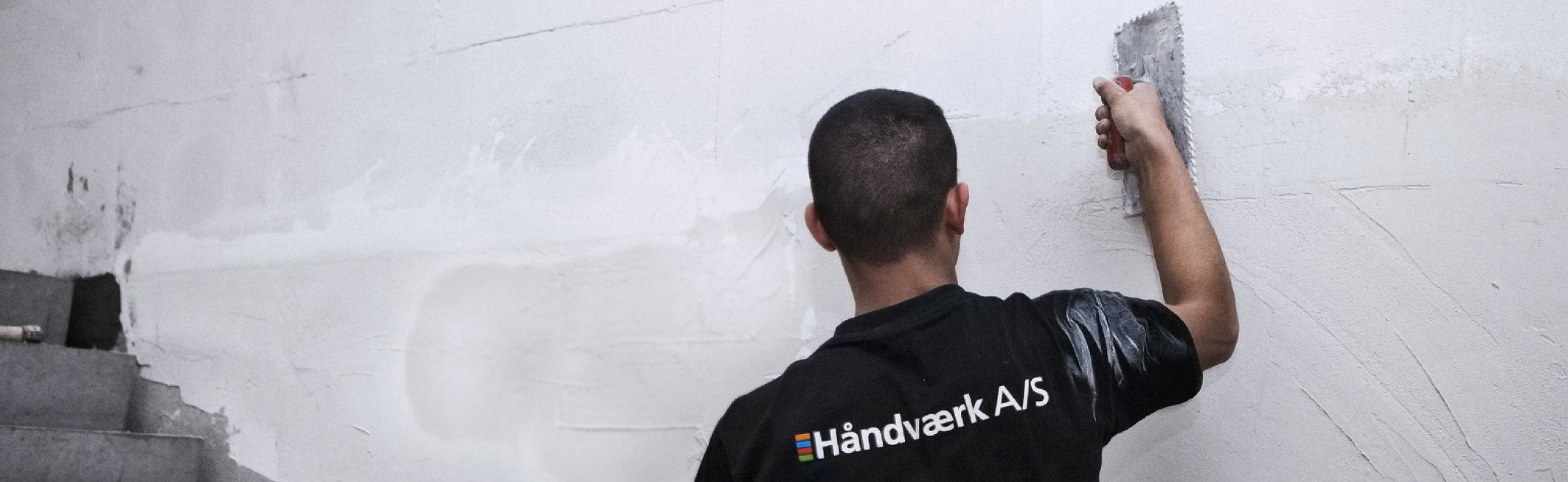 En håndværker mure en væg op