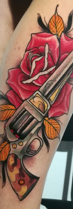 Gun Neo Tradicional Tattoo