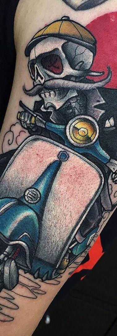 Neo-Tradicional Moto Tattoo