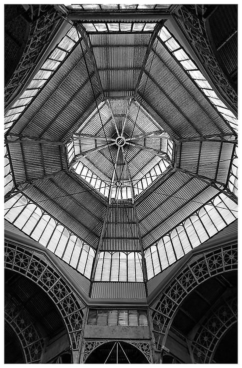 Mirando Hacia Arriba en el Mercado de San Telmo / Looking Up Inside the San Telmo Market