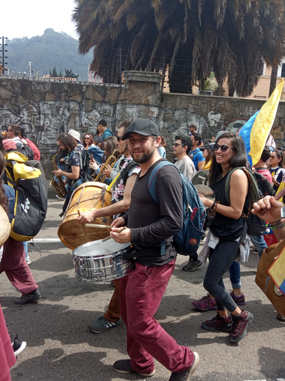 Marchantes haciendo musica.
