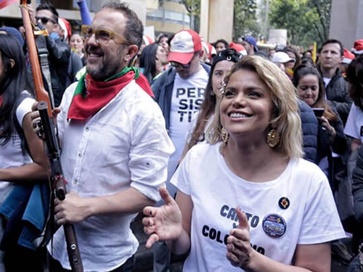 Adriana Lucia y Cesar Lopez marchando.