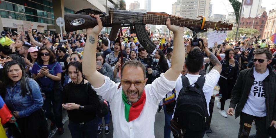 Cesar Lopez marchando.