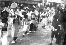Around 1920_Procession of geisha playing musical instruments