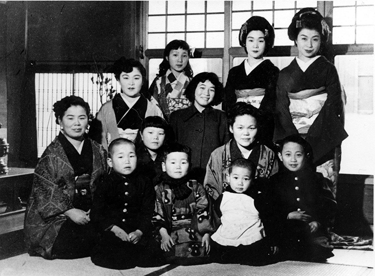 1951_Geisha and the family of _Mangyokuro_geisha house on New Year's Day