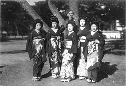 1947_Geisha and American soldiers in the Occupation