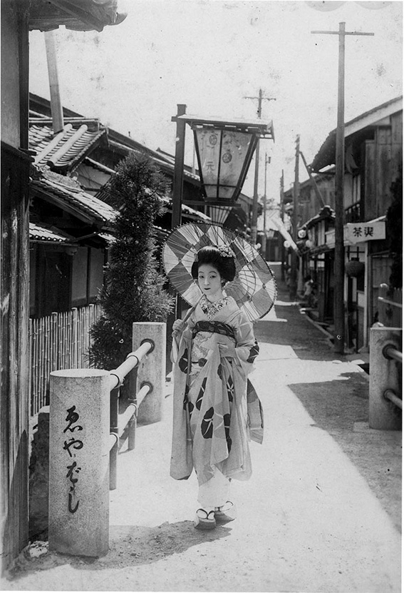 Around 1932_Maiko(apprentice geisha) at Eya Bridge