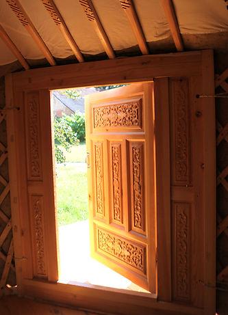 Tür einer Jurte aus holzschnitzerei