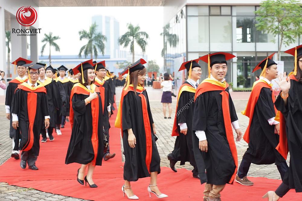 Các sinh viên FPT rạng rỡ bước vào địa điểm tổ chức - Công ty sự kiện Rồng Việt