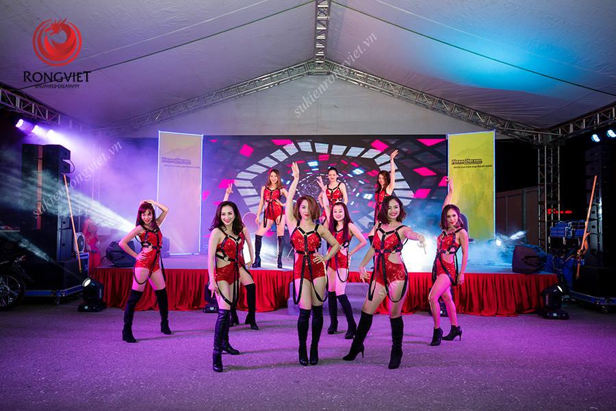 Nhóm nhảy sexydance trong sự kiện khai trương tuyến xe vip Hà Nội Lào Cai