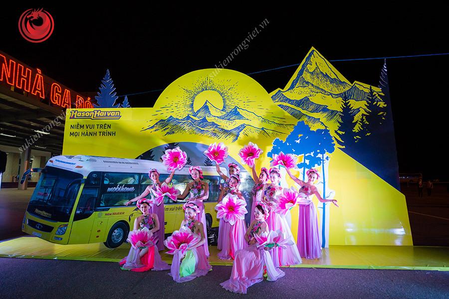 Nhóm múa trong sự kiện khai trương tuyến xe VIP Hà Nội - Lào Cai