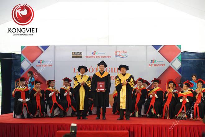 Sinh viên FPT lần lượt lên bục nhận bằng đại học - Công ty sự kiện Rồng Việt