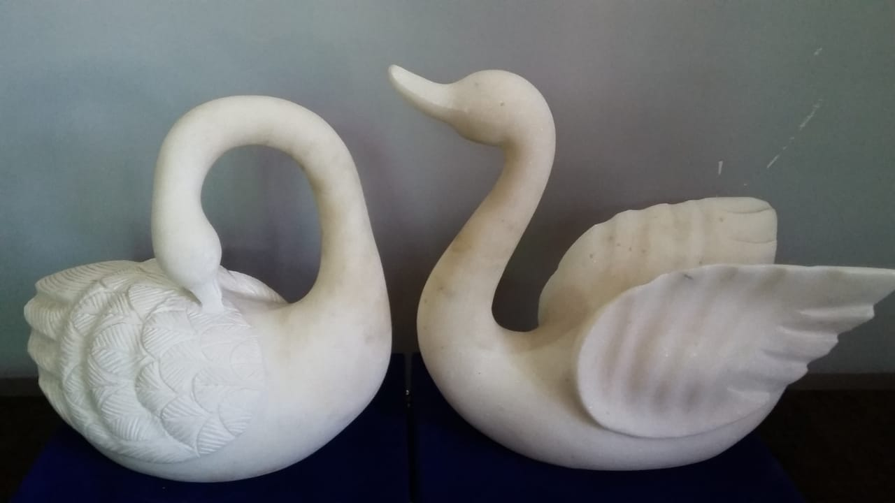 Two swans (marble)