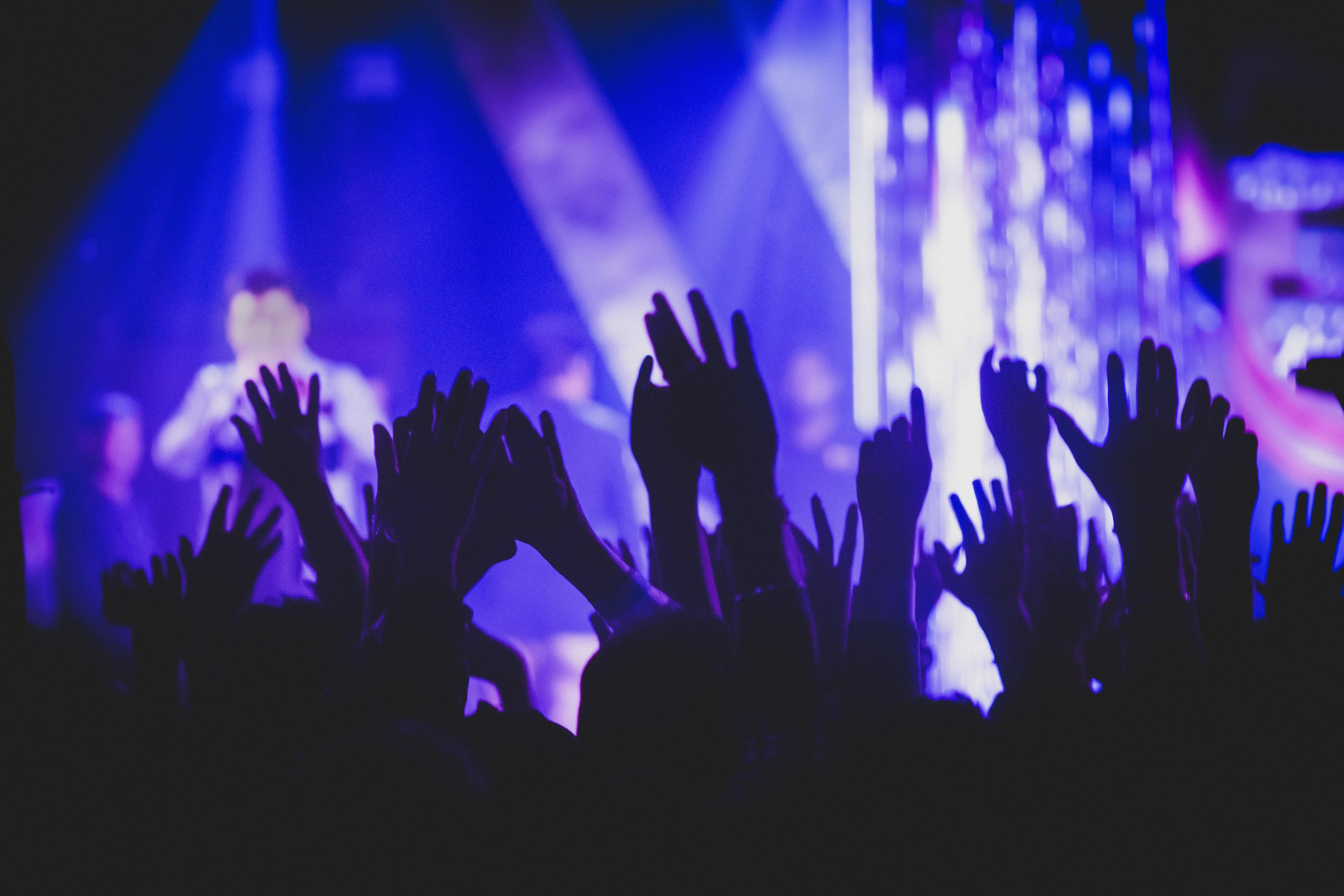 audience-blur-concert-1652353