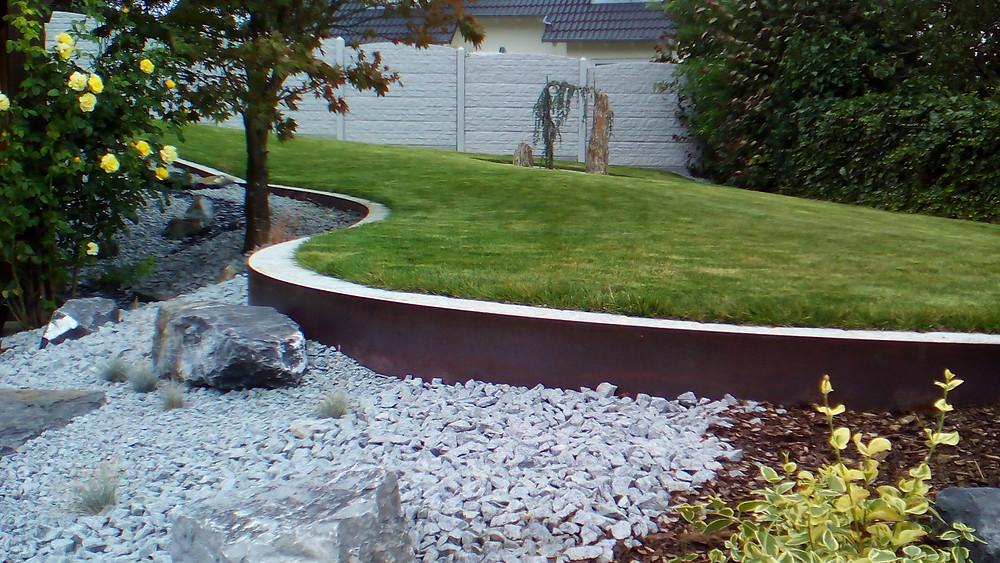 Neuanlage eines Gartens mit verschiedenen Strukturen , Ausdehnend, geschwungene Metallbänder als Randeinfassung,Graniteinfassung als Mähkanten für Mähroboter