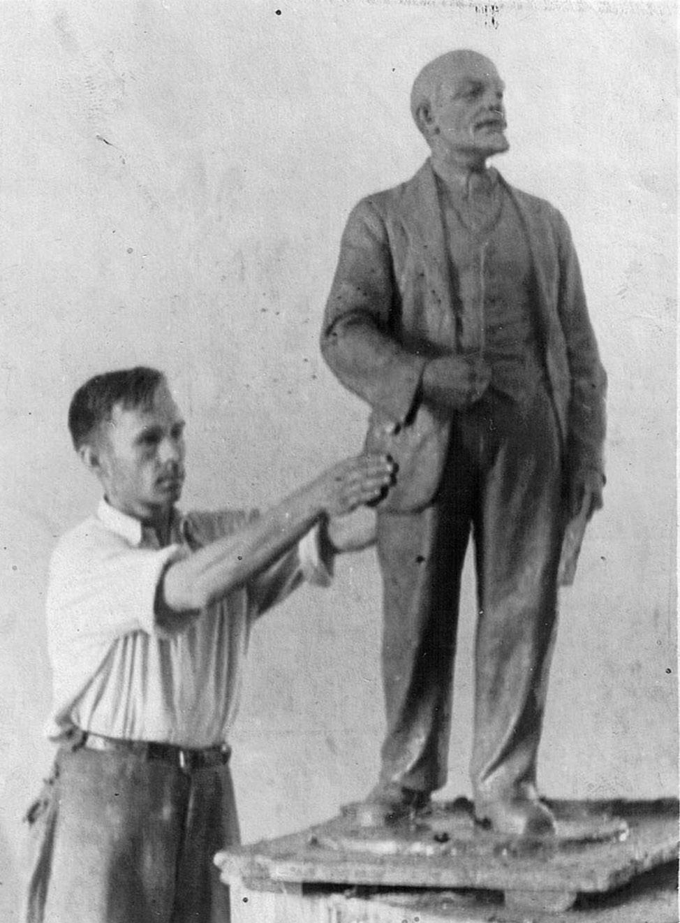 За работой над скульптурой В.И. Ленин. 1952