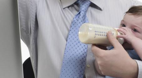 Congedo di paternità: I padri hanno diritto a 10 giorni con la nuova direttiva UE, approvata ieri a