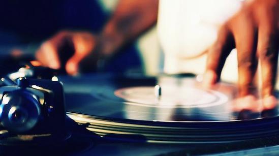 De Omgevallen Platenkast Vinyl DJ / Drive-in