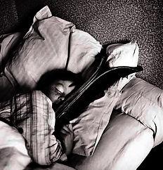 bimbo che dorme con gli sci.jpg