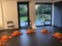 Optimized-salle avec chaises orange.jpeg