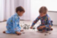 Les garçons avec des jouets