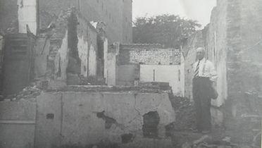 Jozef Hageman (Jefke bozze) staat in de verwoeste woning van zijn dochter Maria en Jules Van der Maelen in de Gasthuisstraat. Maar geen van hen was thuis op het ogenblik van het bombardement.