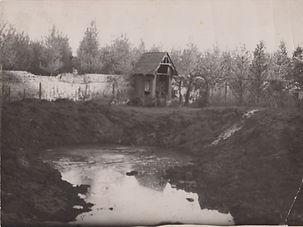 Drie Engelse bommen slaat op 22 mei 1944 in de tuin van de priorij Hunnegem kraters van 25 bij 13 meter.