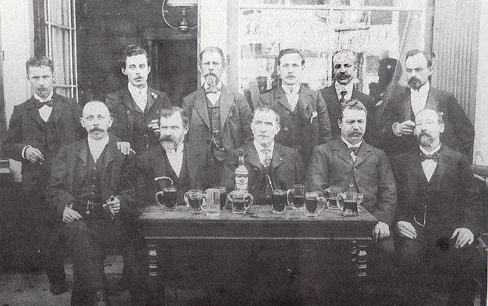 Henri François L'Haire, zittend samne met personeel van orgelbouwer Anneessens, tweede van links