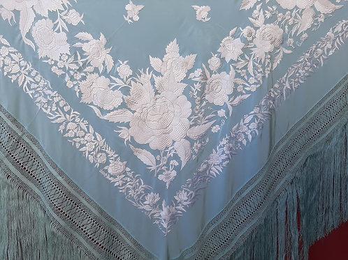 Mantón Flor de Ibi celeste bordado en blanco