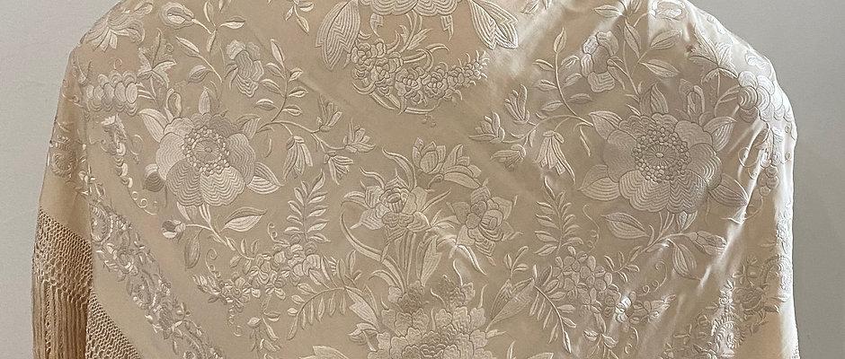 Mantón beige bordado en beige de cuarterones