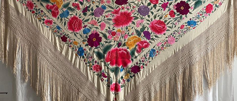 Mantón antiguo beige con tulipanes y rosas