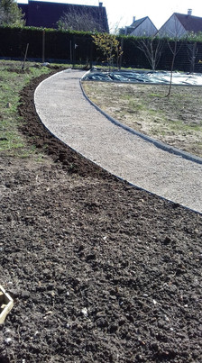 Aménagement allée de jardin avec bordures en aluminium