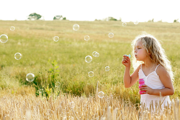 Girl blowing bubbles 1680146_30pc