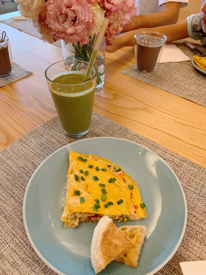 <<週末早午餐>> 甜椒鮪魚歐姆蛋、綠茶羽衣甘藍綠拿鐵與藍莓香蕉羽衣甘藍果昔