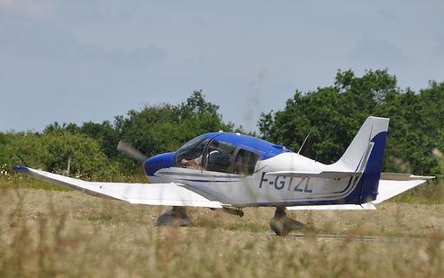 Un autre avions au roulage sur la piste de l'aérodrome