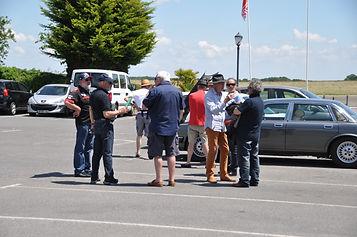 Un groupe de bénévoles sur le parking de l'aérodrome
