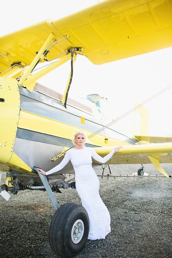 stormy-day-plane-hangar-wedding-20-600x900