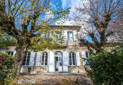 Elegant château near Bordeaux to rent for holiday with pool & tennis