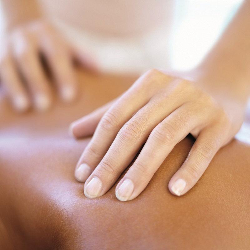 Massage à l'huile sur table