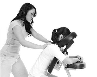 Massage du dos sur chaise au travail