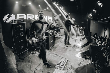 Sete Corpos apresenta novo baixista em show com Scalene
