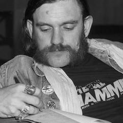 Lemmy-antecknar-855x1024.jpeg