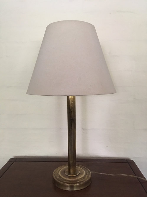 Lámpara de mesa con base de bronce