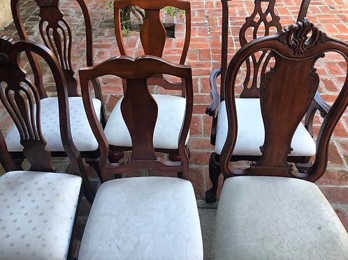 Sillas de estilo en madera y asiento tapizado