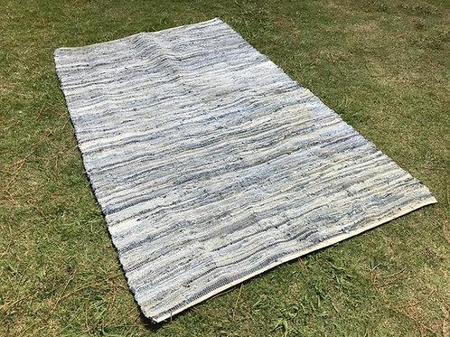 Alfombra tejida en tonos azules grande