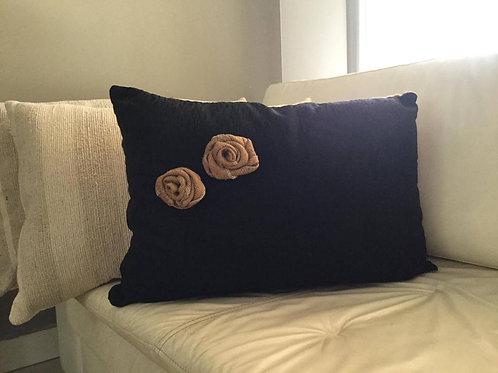 Almohadón en Chenille negro con flores aplicadas