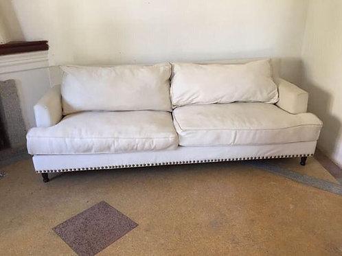 Sofá tapizado en tela blanca
