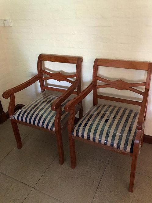 Butacas de madera con asiento tapizado