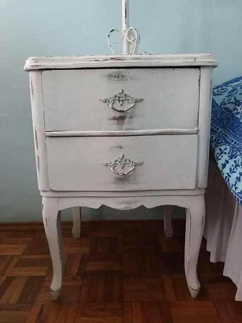 Mesita de luz vintage en madera blanca